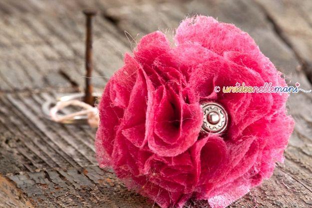 La Rosa Portachiavi Un po' di spago, una pallina di legno, un bottone vintage e piccoli ritagli di stoffa è tutto quello che serve per fare questo simpatico portachiavi  http://www.unideanellemani.it/idea-regalo-festa-della-mamma-portachiavi-fai-da-te-a-forma-di-rosa