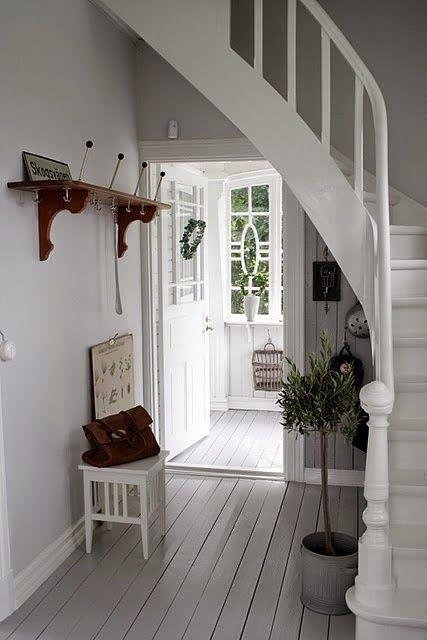 25 beste idee n over grijze muren op pinterest grijze verfkleuren grijs interieur verf en - Witte trap grijs ...