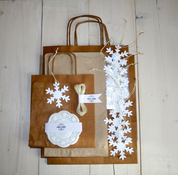 Sada na balení dárků SNĚHOVÉ ZÁVĚJE Sada na balení dárkůSněhové závěje v přírodní barevné kombinaci bílé a hnědé je určena především pro balení vánočních dárků. Sada obsahuje: 10 ks bílá visačka vločka (7 cm) sbílým provázkem 5 m bílý provázek 1 ks malá taška skroucenými uchy a křížovým dnem (18 x 21 x8 cm) 2 ks velká taška skroucenými ...