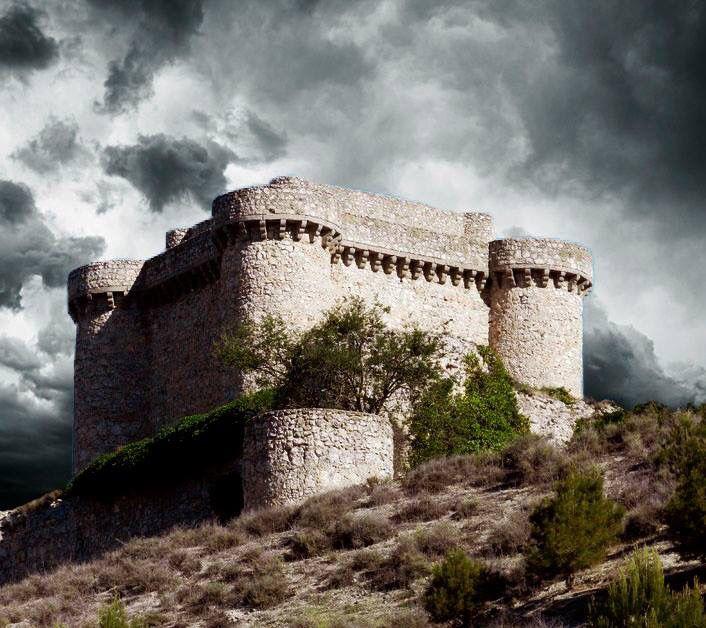 CASTLES OF SPAIN - Castillo de Puñoenrostro, se encuentra en Seseña, en la provincia de Toledo, muy cerca del núcleo urbano, en la margen derecha de la carretera que lleva de Seseña a Esquivias. El castillo fue defensor del caserío de Puñoenrostro, despoblado desde fecha remota. Está fechado en el siglo XIV y fue cedido por Enrique IV a Diego Arias de Ávila, su contador y secretario. Nombrados condes de Puñoenrostro sus sucesores bajo Carlos I....en 1862 lo vendieron con su dehesa.