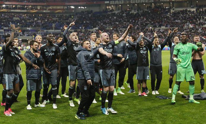 Ajax heeft na een zenuwslopende wedstrijd in Lyon (3-1) de finale van de Europa League bereikt. Een ongekend knappe prestatie van de jonge Amsterdamse ploeg, en dat was na afloop van de uitzinnige gezichten af te lezen. Wij selecteerden de tien fraaiste foto's.