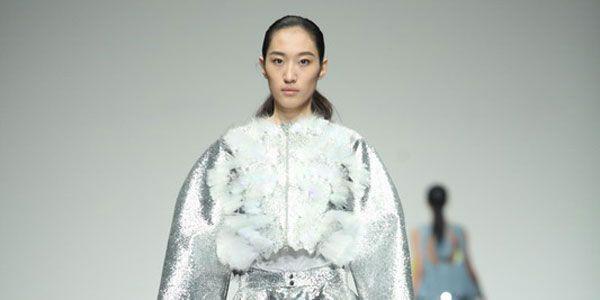 La Shangai Fashion Week è teatro per lo spettacolo di moda Exit 13 e realizzato dagli studenti della Swedish School of Textiles dell'Università di Borås.