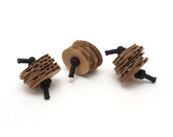 Ahora nuestros juguetes populares de gato pilas están disponibles en uno de los sabores favoritos de kitty--cartón! Estos divertidos juguetes little tikes rebotará alrededor de forma impredecible, mantenimiento de kitty entretenían durante horas. Eco pilas son también luz así que son fáciles de tirar en el aire.    Este listado está para un conjunto de 2 Eco pilas juguetes.
