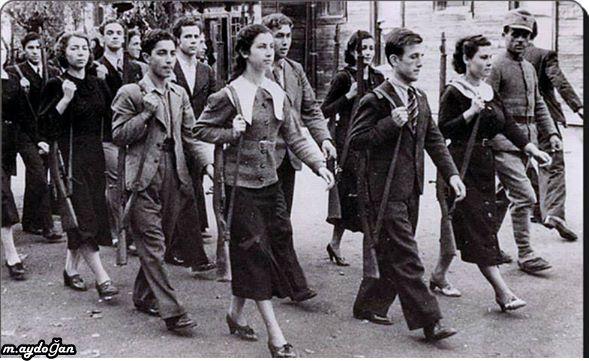Türk kadını ve kızları bir savaş halinde ülkelerini korumak için tatbikat hazırlığı yaparken  1945