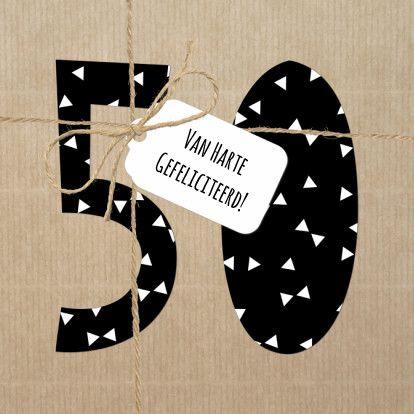 Hippe verjaardagskaart voor een 50 jarig jubileum of verjaardag. Helemaal van nu in zwart wit 'kleuren'. Met driehoekjesen foto van touw