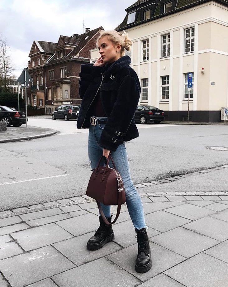Chic fall outfit for winter to keep you warm | jeans and combat boots with wintercoats | trendy casual streetstyle look for college or day out