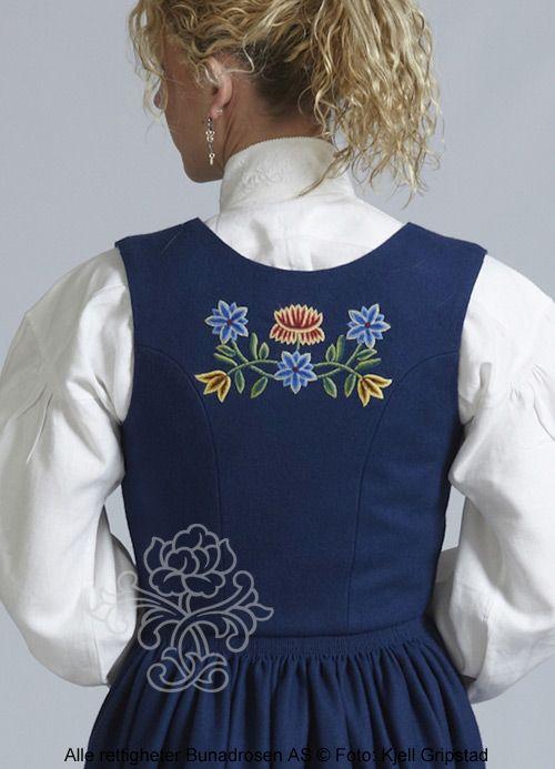 Blå Nordlandsbunad i klede.