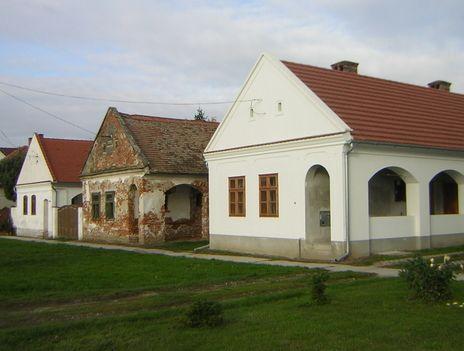 Parasztházak a falu főutcáján- Bogyoszlo