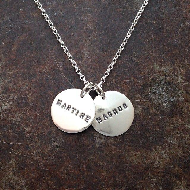 Mammasmykke i sølv med to navneplater