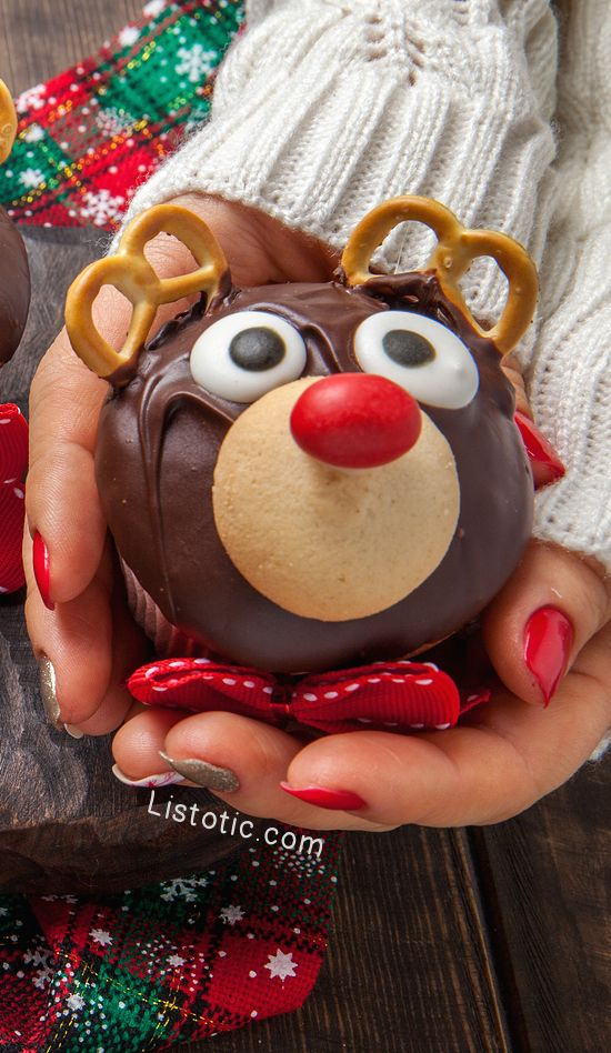 Super cute and easy Christmas reindeer cupcakes using pretzels for antlers!