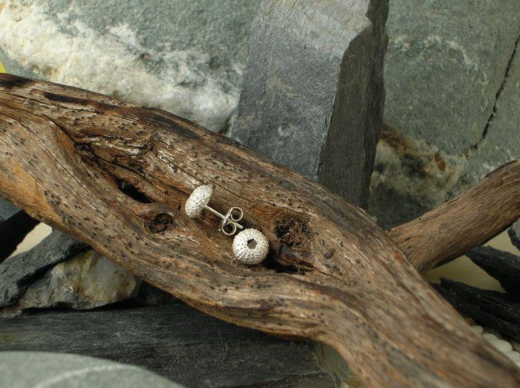 Orecchini a lobo in argento 925/1000 a forma di ricci di mare, realizzati in maniera  artigianale mediante l'utilizzo  della tradizionale tecnica della fusione a cera persa. #RRorafi #GioielliCheAttraversanoIlTempo #Jewels