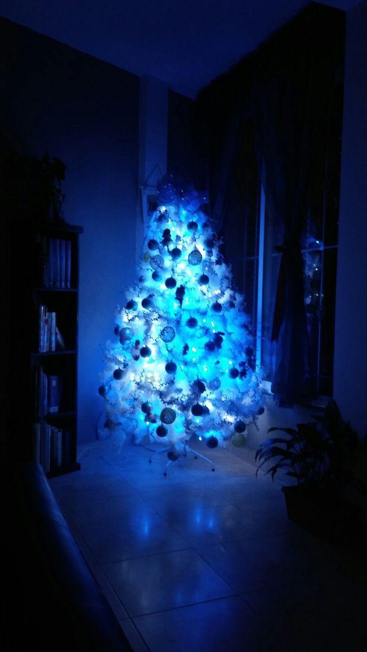 Árbol de navidad blanco con luz azul y blanca decorado con 60 esferas azules y de hilo