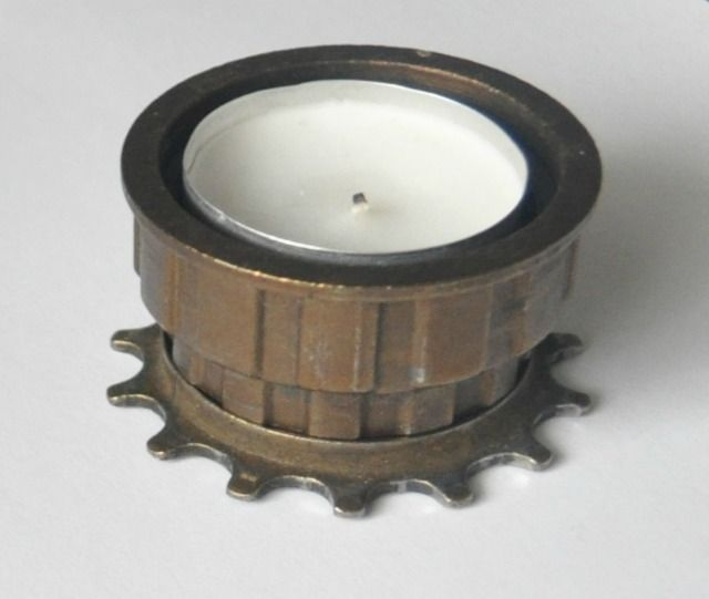 Un suport de lumănare creat dintr-o carcasă de pinioane :)