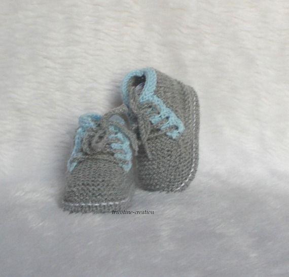chaussons bébé laine à lacets 0/3 mois style kickers gris flanelle et bleu porcelaine tricot main  tricotine-creation