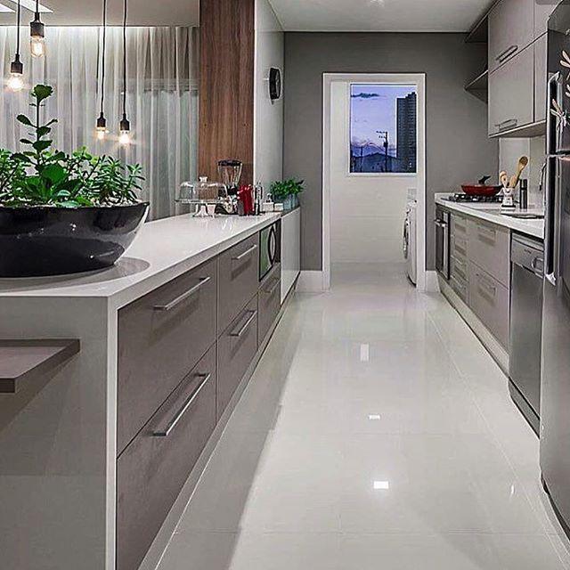 Que tal começar a semana tomando um café maravilhoso nessa cozinha linda? Uma cozinha bem planejada completa o cenário.