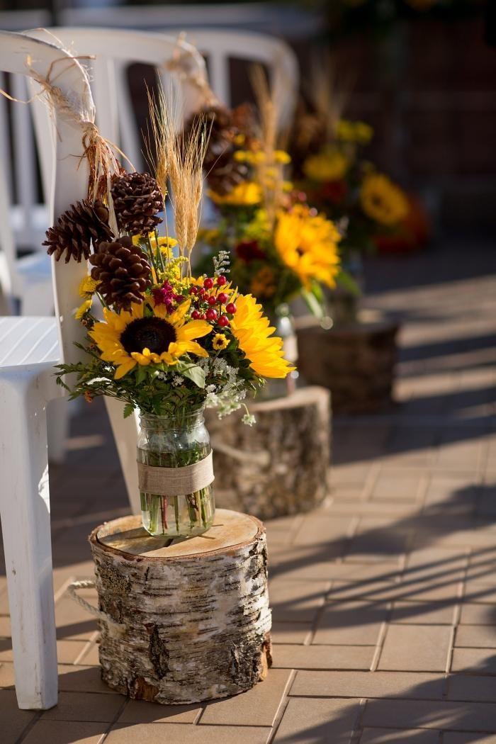 Sonnenblumen-sträuße in Gläsern und auf Birkenstämmen