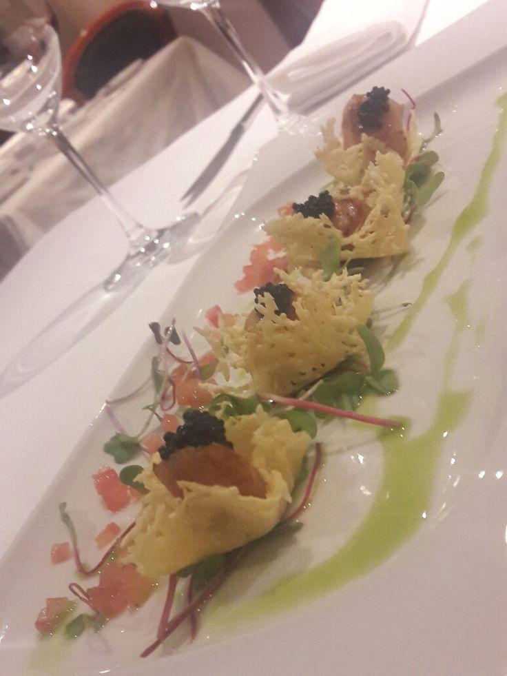 Conchas en salsa de mantequilla sobre canasta de Parmesano con toques de caviar