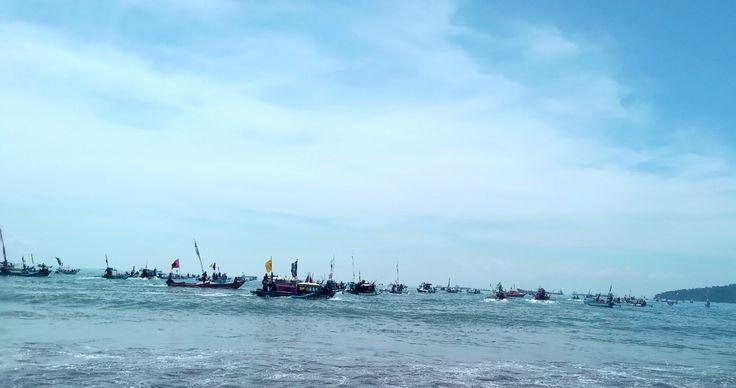 ElMicha.ID – Setelah arak-arakan jolen sampai di Teluk Penyu, diadakanlah upacara serah terima. Segera setelah upacara selesai jolen dibawa naik…