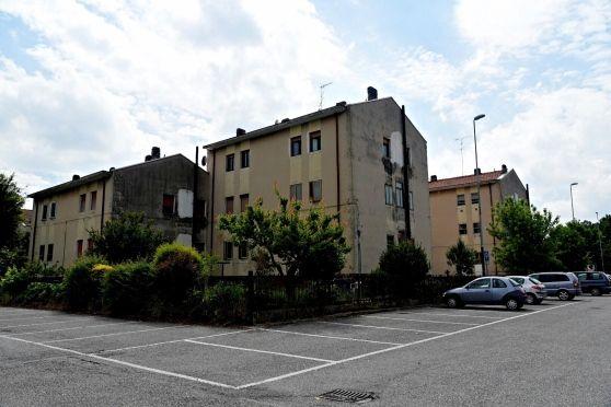 Chiazze nere sotto le finestre di quattro palazzine Aler. I 24 appartamenti di Te Brunetti chiedono interventi