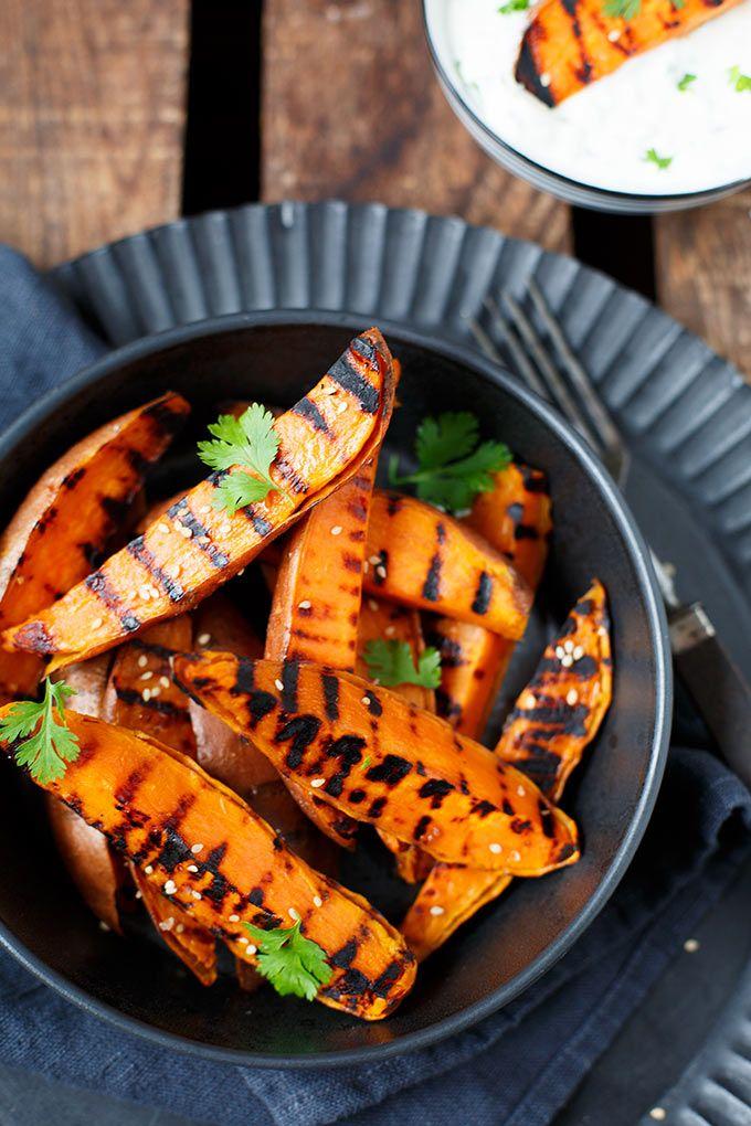 Gegrillte Süßkartoffeln mit Kräuterquark. Super einfach und perfekt als Beilage - Kochkarussell.com