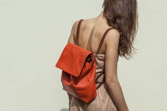 Zaino in pelle arancione, trasformabile in borsa a tracolla