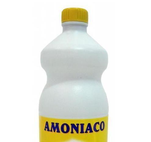 10 usi dell'ammoniaca. L'ammoniaca è un gas che disciolto in acqua può essere utilizzato in un'infinità di casi, in particolare come detergente per la casa. Le sue proprietà lo rendono un prodotto molto appropriato per elim...