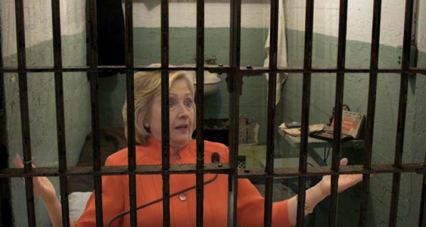 """Angesichts der """"Lebensversicherung"""" auf Huma Abedins Laptop und diversen weiteren Enthüllungen, könnte Hillary Clinton durchaus mit einer Haftstrafe rechnen – sollten die Ermittlungen nicht wieder einmal ins Leere laufen."""