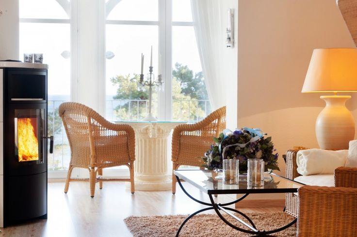 Direkt am Strand von #Binz auf #Rügen liegt in der traumhaften Strandvilla Freia die luxuriöse #Ferienwohnung Morgenröte. Der Balkon bietet einen traumhaften Ausblick auf die aufgehende Sonne über der Ostsee und wenn es abends kühler wird, wärmt der Kamin im stilvollen Wohnzimmer oder auf der eleganten Loggia.
