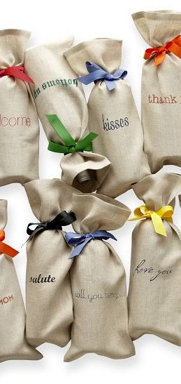 Personalized linen wine totes http://rstyle.me/n/rp29hnyg6 - unique favor packaging - wedding favors