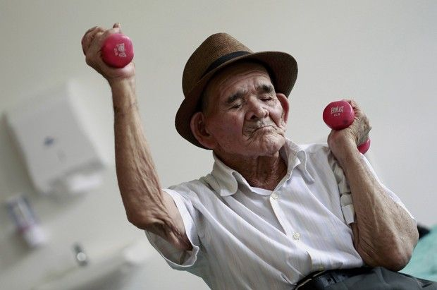 Idoso Jose Uriel Delgado, de 115 anos, faz atividade física em casa de repouso…