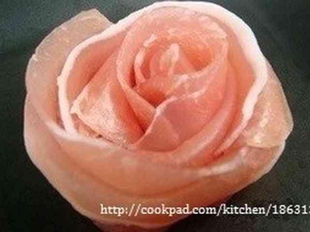特別な日のサラダに☆生ハムでバラの花の画像