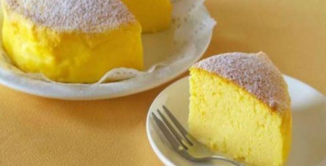 Για να φτιάξετε αυτό το πανεύκολο ιαπωνικό cheesecake, τα τρία υλικά που θα χρειαστείτε είναι τα παρακάτω:3 αυγά120 γρ. μαύρη σοκολάτα120γρ. τυρί κρέμαΓια την εκτέλεση ακολουθείστε τις οδηγίες του βίν