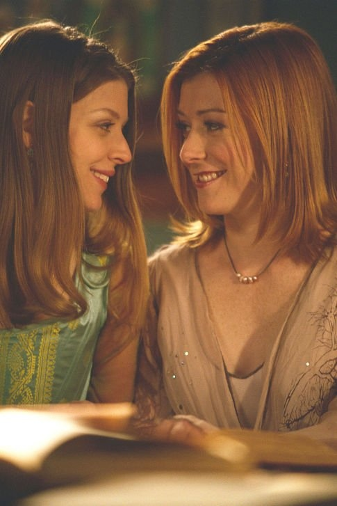 Still of Alyson Hannigan (Willow) and Amber Benson (Tara) in Buffy the Vampire Slayer