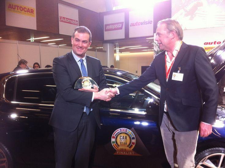 Maxime Picat, DG de Peugeot, reçoit le trophée de la Voiture de l'année 2014 pour la Peugeot 308