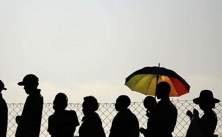 Em Pretória, pessoas esperam em fila de ônibus para prestar suas homenagens ao ex-presidente Nelson Mandela  (de Folha de Sao Paulo) 15 diz 2013