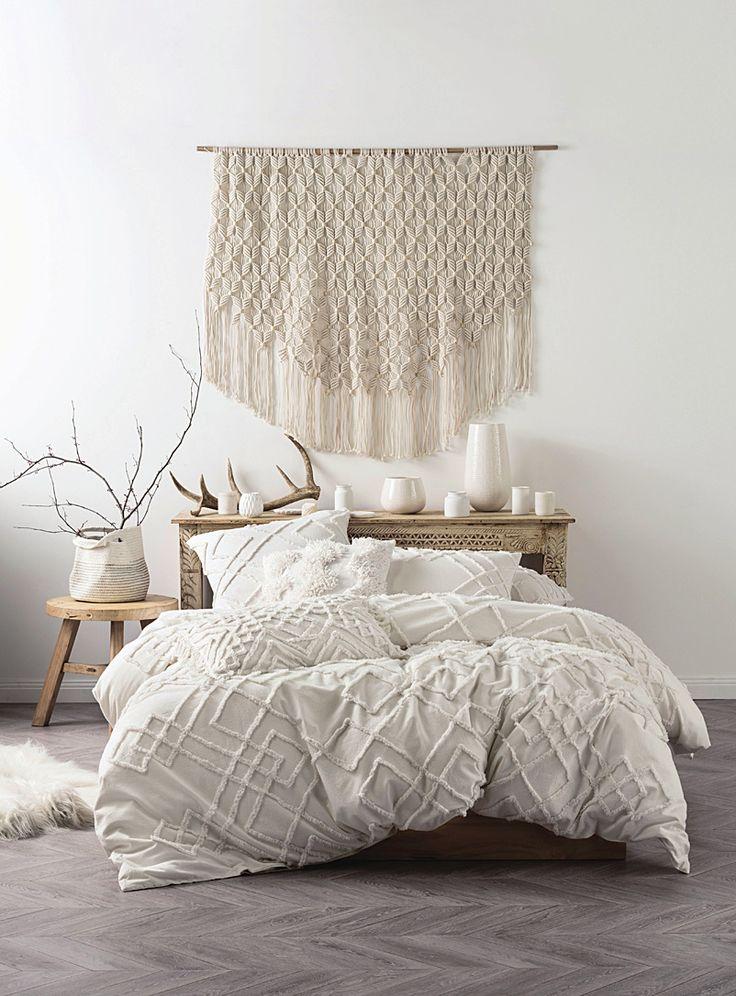 Linen House chez Simons Maison. La douceur invitante et le look naturel tendance du pur coton donnent envie de se glisser dans ce lit tout blanc, rehaussé d