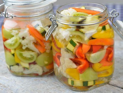 Hemgjorda pickles. Inlagda grönsaker. Grönsaker som är goda att göra pickles av är morötter, blomkål, paprika, gröna tomater, selleri, minimajs, pumpa, äggplanta mfl.