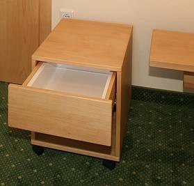 Vorschlag eines Rollstuhlfahrers. Wasserdichte Schublade in rollbaren Container für Katheder http://www.die-moebelmacher.de/produkte/barrierefrei/hotelzimmerbarrierefrei.html