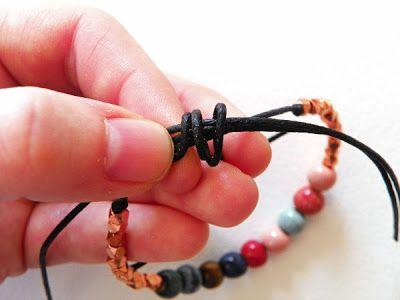 envolver libremente el cable de trabajo alrededor de las cuerdas de la pulsera y la cola de la cuerda de trabajo.