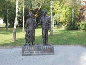 bronzen beeld moluks gezin bij aankomst in Nederland - Greet Grottendieck