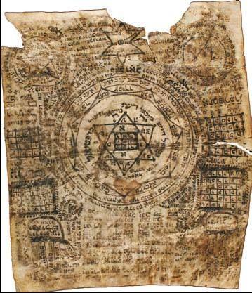 """AMULETO CABALÍSTICO: Se conocen desde la Edad Media en Occidente. Son abundantes en la tradición judía, los amuletos de la era de Salomón que existen en muchos museos son ejemplo de ello. Un amuleto poco conocido pero bien sentado en la tradición judía es el Kimiyah o """" texto del angel """", son nombres de ángeles o pasajes de la Torá escritos en los cuadrados del pergamino por los escribanos rabínicos. El pergamino se coloca en un recipiente de plata y se lleva en algún lugar del cuerpo."""