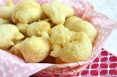 Le zeppole di pasta cresciuta sono un altro caposaldo della cucina povera napoletana. Dalla sola acqua e farina si ottengono delle frittelle gonfie e soffici che qui