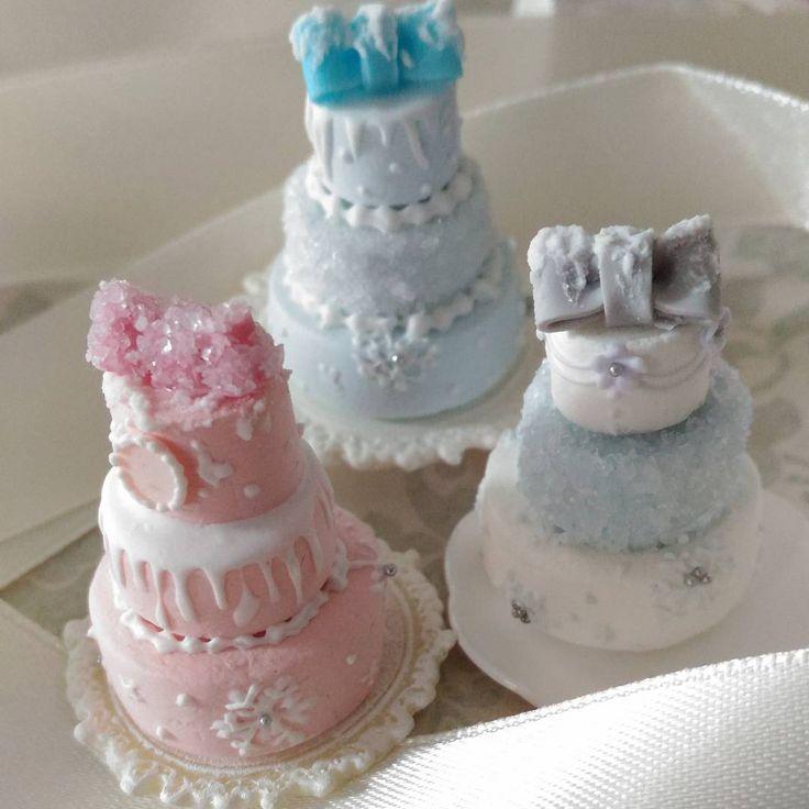 冬バージョンケーキのアップです✨ 雪の結晶、氷をイメージしたお砂糖のコーティング、雪をイメージしたアイシングなどで飾りました♪ ピンクと後ろの水色リボンは今後出品予定です😊 #ミニチュアスイーツ#樹脂粘土#シルバニア#フェイクスイーツ#シュガークラフト#スイーツ#miniature#アントルメ#ケーキ#リボン#ウエディング#アイシング#ミニチュア#ドールハウス#ウエディング#wedding#dollhouse#clay#ミニチュア