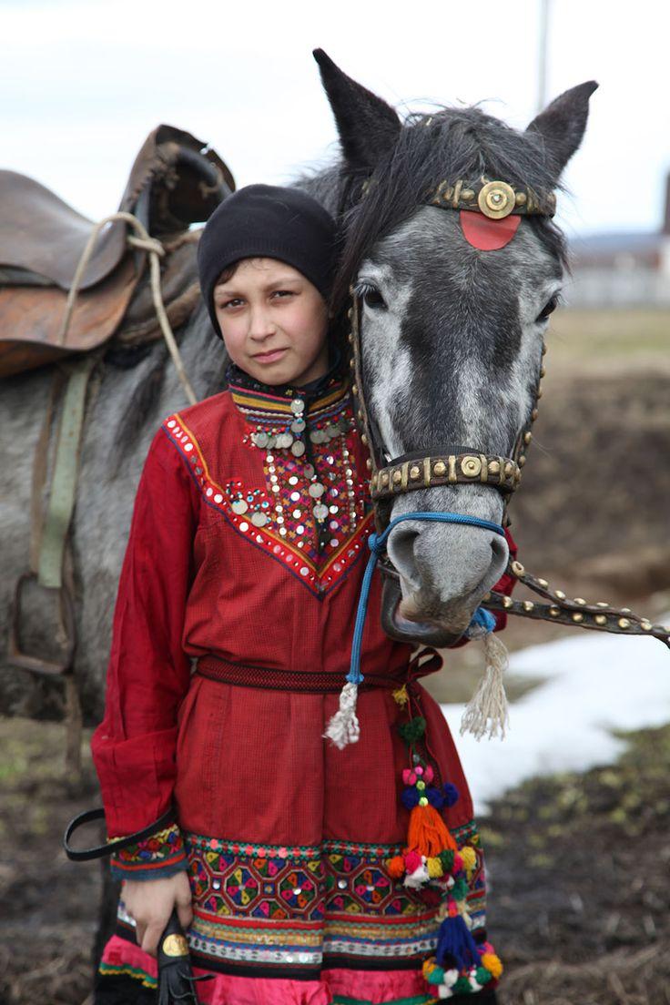 Деревенский мальчик с лошадью в национальном костюме народности марий. Автор Ден Мувимен   #denmovieman #ethnolook  Mariler - Marik - Mari People - Марийцы