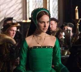 16~17世紀テューダー朝貴族女性。アン・ブーリン。 FrenchHood(フレンチフード)=女性の髪飾り。16~17世紀西ヨーロッパ。 フレンチフードは丸みを帯びた形状が特徴である切妻フード。髪形の上に着用され、および背面に取り付けられた黒いベールを持っている。着用時オデコは常時見えていた。 これはフランスに追いやられていたヘンリー8世の妻であるアン・ブーリンが持ち帰り、イギリスに導入された。 アンの死後、後妻ジェーン・シーモアによって拒否されGableHoodへと変遷を遂げたが、ジェーンの死後、再びフレンチフードに戻った。アン・ブーリンの被り物(French hood) - 夫婦で楽しむナチュラル スロー ライフ