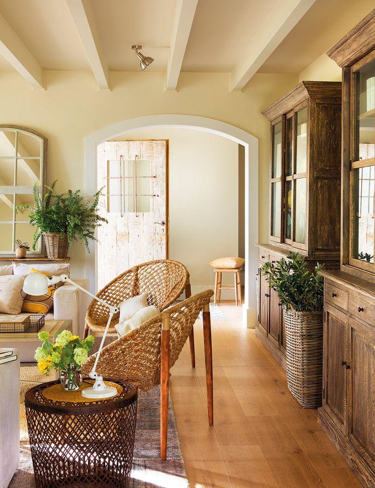 El uso del color.Paredes, techos y vigas se han pintado en un tono arena que aporta luz y calidez.