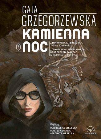 """Gaja Grzegorzewska, """"Kamienna noc"""", Wydawnictwo Literackie, Kraków 2016. Jedna płyta CD, 13 godz. 42 min. Czytają: Magdalena Cielecka, Maciej Kowalik, Afrodyta Weselak."""