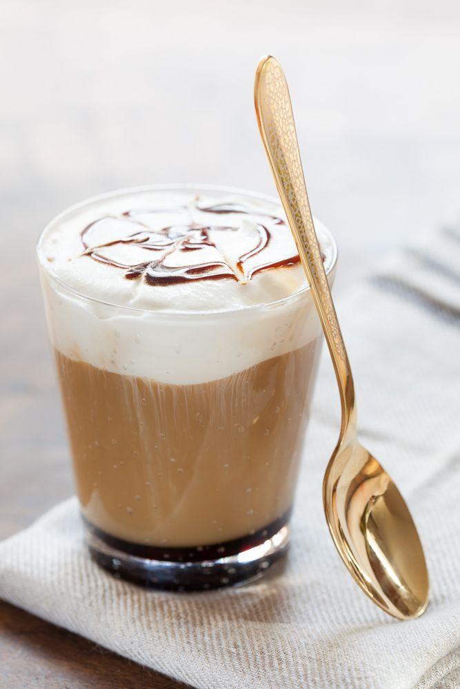 Un espumoso café macchiato de caramelo