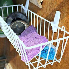 Aprovecha el espacio debajo del fregadero con la ayuda de dos ganchos Command y una cesta pequeña. | 31 Maneras increíblemente ingeniosas de organizar una cocina pequeña