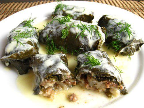 Ντολμάδες με αμπελόφυλα γεμιστά με κιμά αβγολέμονο. Ένα παραδοσιακό νοστιμότατο ελληνικό φαγητό, που μπορείτε να το απολαύσετε ως σνάκ με γιαούρτι, ή ως κυ